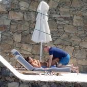 组图:鲁尼夫妇希腊沙滩度假 夫妻亲昵形态放松
