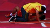 高清图:李永波激动压倒李丹 比赛中曾焦急大吼