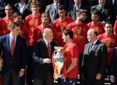 高清:西班牙皇室接见众斗牛士 圣卡西亲送球衣