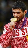 高清图:俄选手夺柔道男子60公斤金牌 铁汉柔情