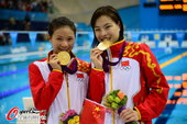 高清图:女子双人3米板颁奖 吴敏霞露可爱笑容