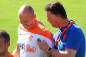 前方图:荷兰队备战淘汰赛 罗本与范佩西开小灶