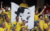 高清图:男球迷换装扮美女 瑞典看台举伊布大旗
