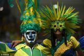 北京时间8月17日,在巴西里约举行的奥运女足半决赛中,巴西对阵瑞典,现场桑巴球迷热情助威,高举国旗,...