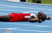 高清图:男子马拉松赛巴林选手夺冠 冲刺后倒地