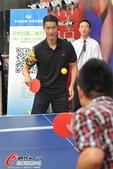 高清图:王励勤出席活动 与众球迷互动满面笑容
