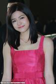 搜狐娱乐讯 日前,陈妍希出席某活动。当天身穿一袭红色无袖连衣裙的她变美少女清新靓丽很惹眼。