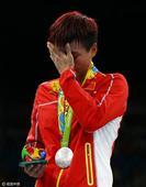 高清图:拳击女子轻量级颁奖 尹军花获银牌落泪