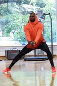 高清:詹姆斯中国行北京站 训练秀肌肉不忘卖萌