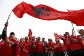 高清图:阿瑞球迷彩绘大PK 球场外汇成红色海洋