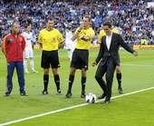 幻灯:康塔多为皇马比赛开球 他与卡西握手问候