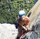 男女攀岩登山只穿鞋 双双创下个人最快纪录