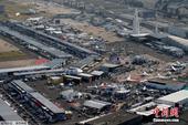 当地时间6月21日,巴黎航展持续举行。俯瞰举办地布尔歇机场,参展飞机停满机场,场面壮观。为期一周的巴...