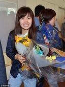 日本乒乓球队回国人气高 爱酱捧鲜花超可爱(图)