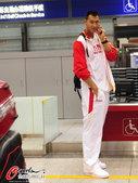 高清图:中国男篮赴波兰热身 易建联忙煲电话粥