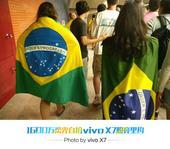 前方图:直击巴西狂热足球迷 美女身披国旗助威