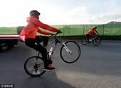 高清图:利物浦球星骑单车训练 中场大将秀花活