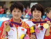 高清:女子双人10米台颁奖 陈若琳汪皓笑容灿烂