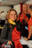 高清图:比利时球迷驻扎巴西 赢球了萌妹子开心
