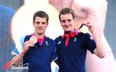 高清图:英国铁人三项布朗利兄弟亮相 展示金牌