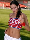 捷克太太团:选美冠军抹胸蛮腰 铁卫妻红唇蕾丝
