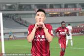 高清图:上港1-1平亚泰 武磊破门亲吻手指庆祝