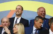 高清图:威廉王子鼓掌助威三狮 与随从谈笑风生