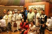 组图:乔治-希尔中国行开启 亲自参加烤全羊仪式