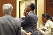 杰克逊私人医生终审现场曝光 被判监禁失望捂嘴