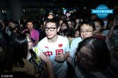 组图:国乒部分球员回国 许昕李晓霞机场受热捧