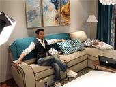 6月29日,罗中旭通过微博曝光了新歌《成品家装方程式》MV的拍摄视频花絮,一连串潇洒随性的POSE一...