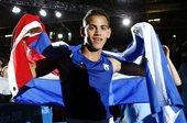 高清图:男拳52kg古巴小将夺冠 身披国旗庆胜利