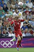 高清图:新西兰男足对阵白俄罗斯 拼抢激烈不让