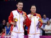 高清图:羽毛球混双折桂 冠军情侣兴奋展示金牌