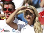 高清图:姑娘你又来了? 英格兰球迷观战心态好