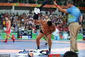 男摔跤65KG蒙古教练不满判罚 脱衣大闹赛场(图)
