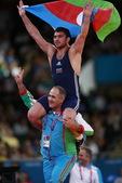高清图:阿塞拜疆摔跤称雄 教练扛起运动员绕场