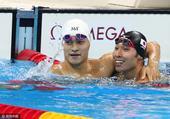 高清图:孙杨200自显大将气场 泳池中笑拥对手