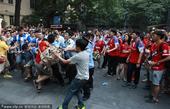 广州德比赛前酿火爆冲突 双方球迷大打出手(图)