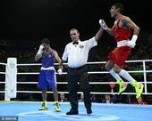 高清图:男拳蝇量级乌兹夺冠 佐伊洛夫兴奋跳起