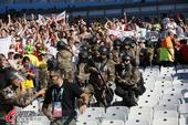 高清图:英格兰足球流氓巴西挑衅 防暴警察出动