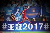 高清图:上港主场2-1苏宁 胡尔克激情庆祝进球