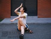 """""""拉丁舞后""""黄曼近日曝光一组街头夏日写真,俏皮出镜,尽显修长美腿。近日,其主演的《六块六毛六..."""