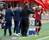 高清:硬汉!鲁本拼抢头部受伤 缠绷带重返赛场