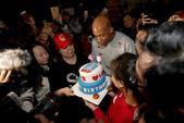 北京时间2月20日,马布里迎来自己40岁的生日,众多球迷来到马布里之家给老马庆生。(搜狐体育 李志岩...