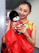 搜狐体育记者独家拍摄中国蹦床女队写真,美女何雯娜笑容甜美。(搜狐-李志岩/摄)更多奥运视频>> 更多...