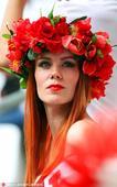 高清图:波兰美女头戴花环美如画 香肩红唇吸睛
