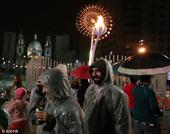 里约奥运落下大幕 民众冒雨与小火炬塔合影(图)