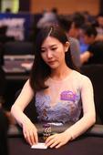 高清图:2015WPT中国赛DAY3 美女出牌神情专注