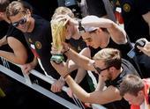 高清图:王者归来!德国队抵柏林 拉姆手捧金杯